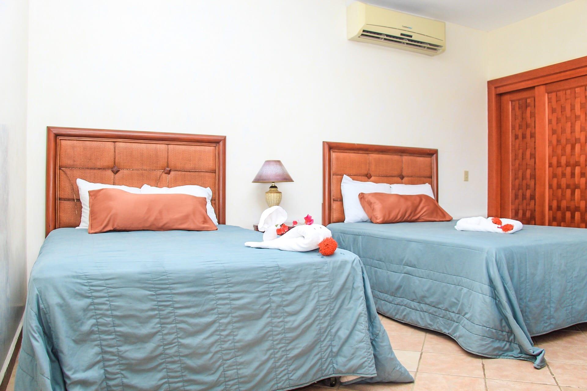 cuarto quadruple hotel west bay colonial